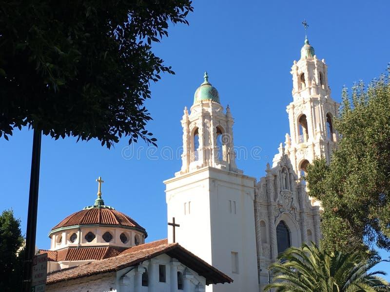 La derecha original de San Francisco de la misión adyacente a la más nueva misión San Francisco, rodeado por las palmeras, 1 imagenes de archivo