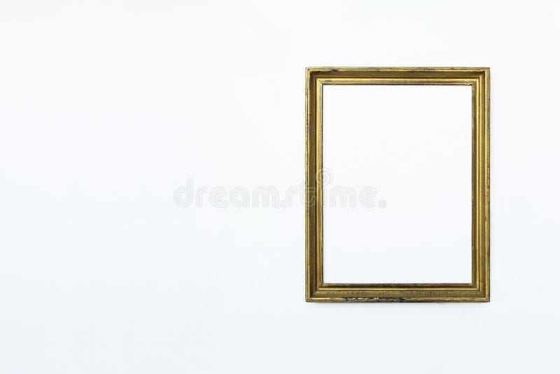 La derecha rectangular del marco del oro para pintar o imagen en el fondo blanco Agregue su texto imágenes de archivo libres de regalías