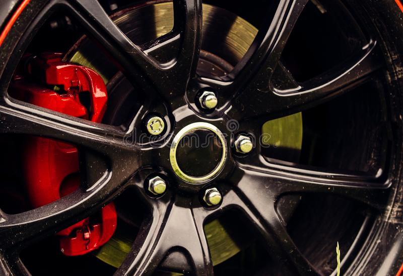 La deriva inspiró diseñar Detalle de la rueda de coche Rueda de la aleación Borde del negro brillante de la rueda de coche de luj foto de archivo