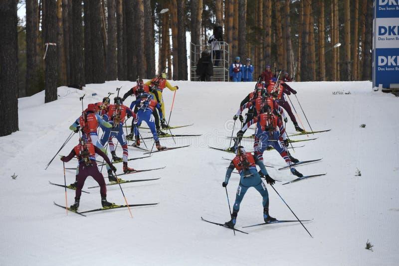La dernière course du biathlon du monde de la saison 2017-2017 est le début de masse de l'homme images libres de droits