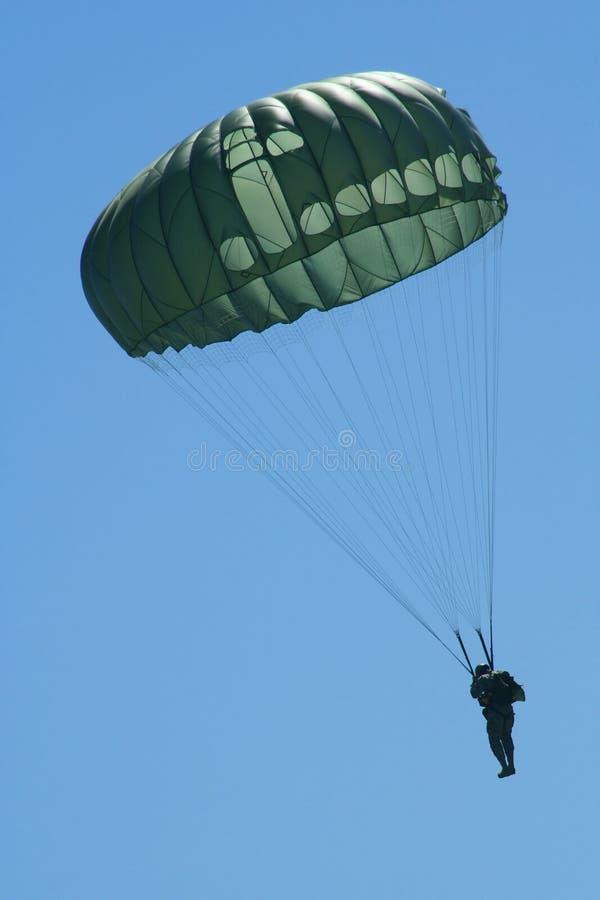 La descente du parachutiste images stock