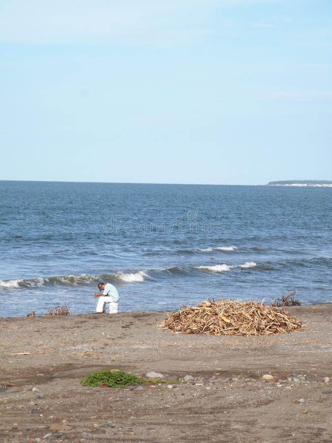 La desesperación del desempleo de un pescador en un aun encendió paisaje en la playa de Veracruz en México central imagen de archivo