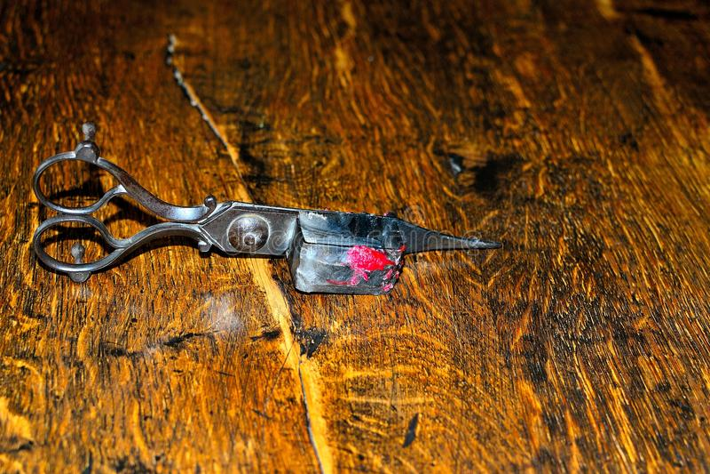 la despabiladera de la vela y el condensador de ajuste de plata antiguos de la mecha scissors fotos de archivo libres de regalías