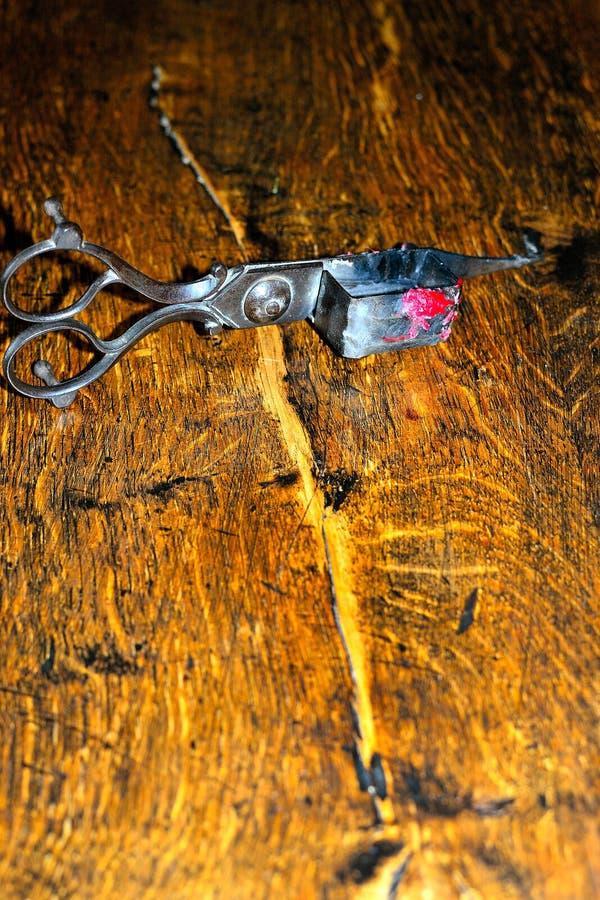 la despabiladera de la vela y el condensador de ajuste de plata antiguos de la mecha scissors fotografía de archivo libre de regalías