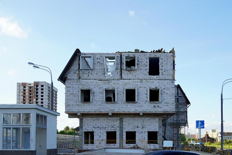 La destruction d'un bâtiment à plusiers étages La maison du bloc de mousse sans fenêtres et façade Cassé et démantelé le toit photographie stock libre de droits