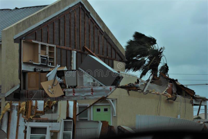 La destruction de Michael d'ouragan a détruit la maison urbaine effacée images libres de droits