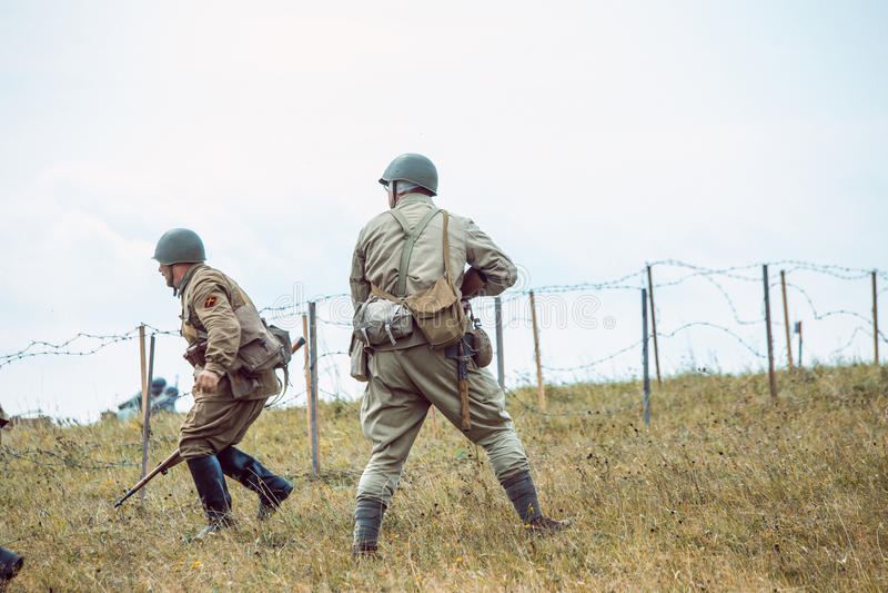La deuxième guerre mondiale historique de reconstruction Les soldats vont sur l'a photos stock