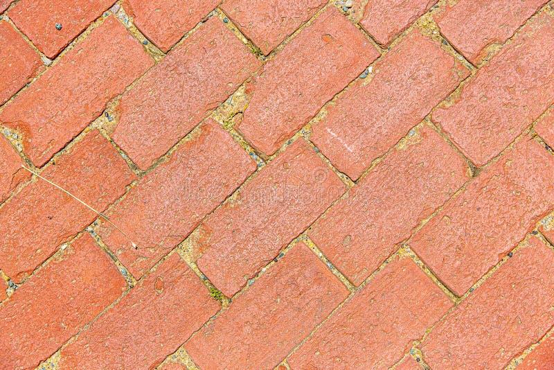 La diagonale ha invecchiato il modello del passaggio pedonale del mattone rosso fotografia stock libera da diritti