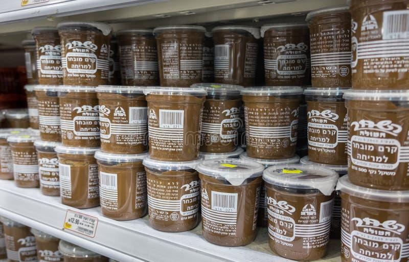 La diffusion israélienne célèbre de chocolat à vendre à la petite gorgée israélienne de nourriture photo stock