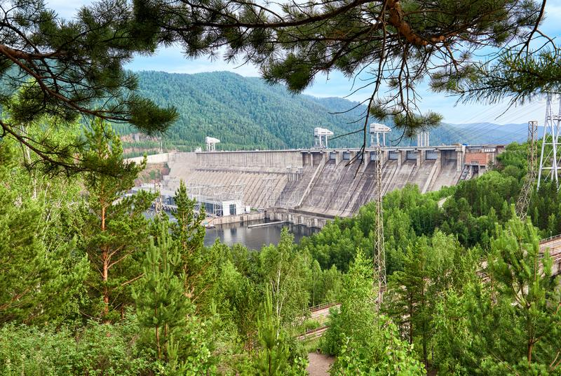 La diga di Krasnojarsk è energia idroelettrica siberiana potente fotografia stock