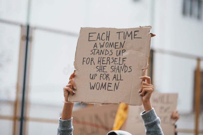 La dimostrazione è in atto Gruppi di donne femministe protestano per i loro diritti all'aperto fotografia stock libera da diritti