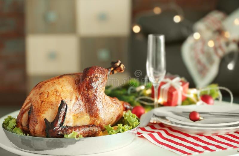 La dinde savoureuse s'est préparée au dîner de Noël sur la table de fête photos libres de droits