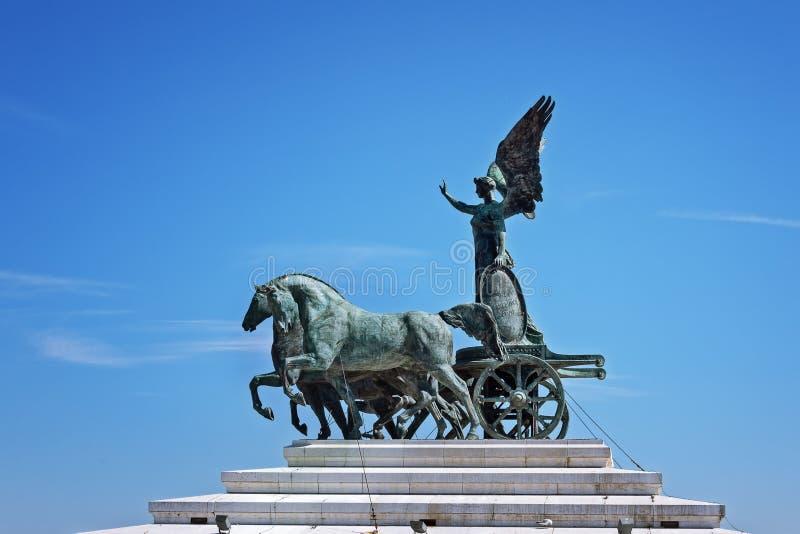 La diosa romana antigua Victoria en el top del monumento de Vitorio Emanuel II fotos de archivo