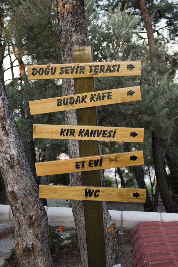 La dirección de madera señal adentro el bosque del parque nacional imagen de archivo libre de regalías