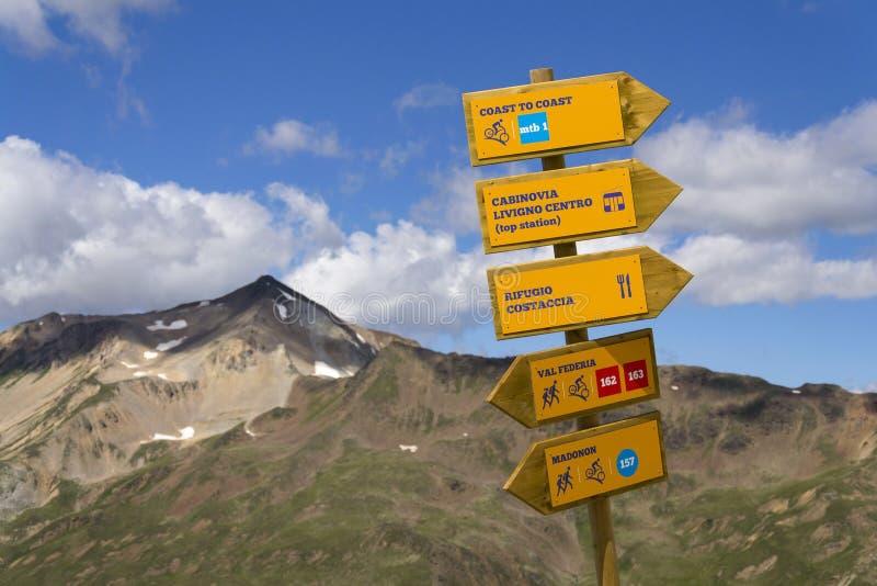 La dirección del sendero y del mtb señal adentro las montañas italianas, Livigno fotografía de archivo libre de regalías