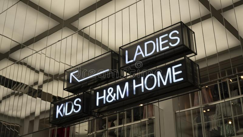La dirección en la tienda de H&M foto de archivo libre de regalías