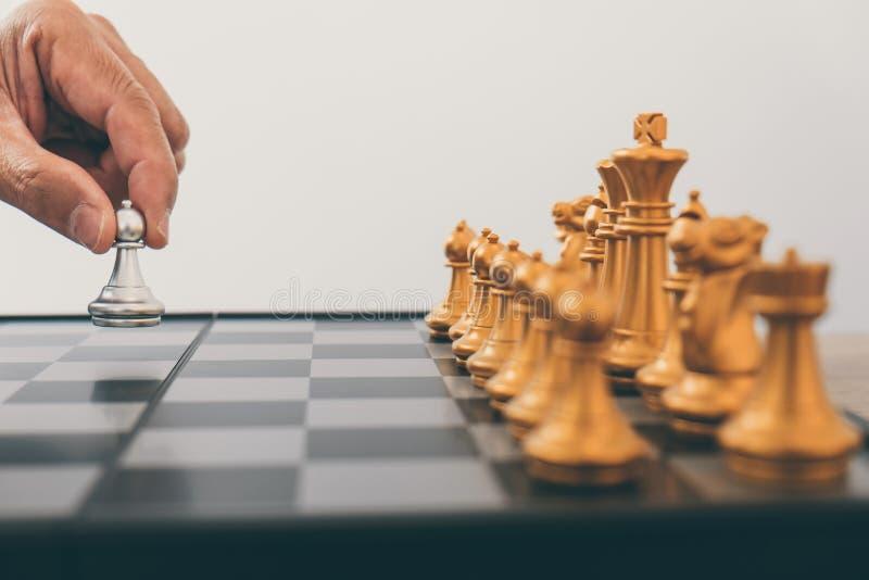 La direction d'homme d'affaires jouant le plan de stratégie d'échecs et de pensée au sujet de l'accident pour renverser l'équipe  photographie stock libre de droits