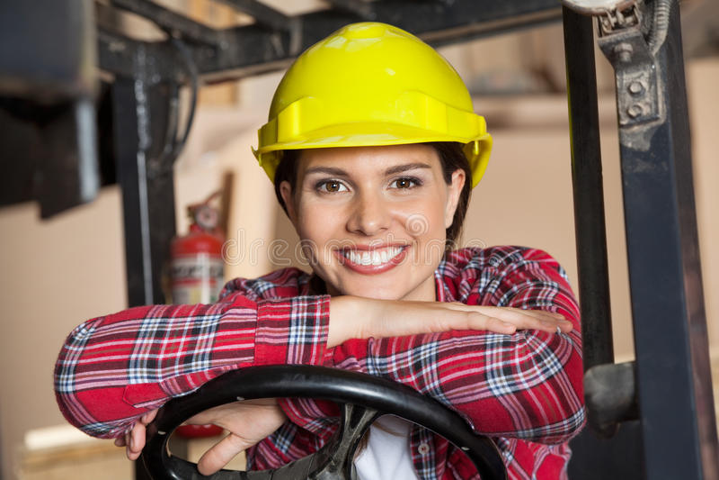 La direzione di Leaning On Forklift felice dell'ingegnere immagine stock libera da diritti