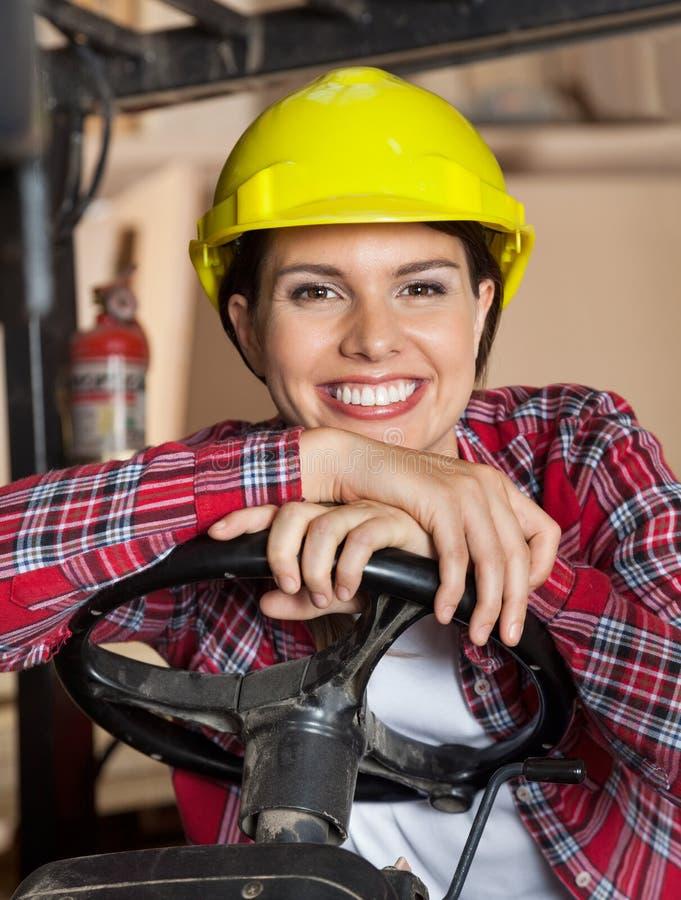 La direzione di Leaning On Forklift femminile dell'ingegnere fotografie stock libere da diritti
