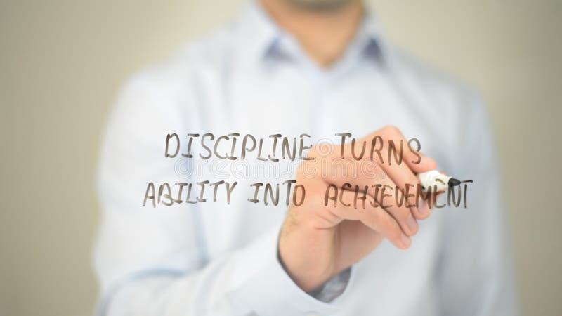 La disciplina da vuelta a capacidad en el logro, escritura del hombre en la pantalla transparente fotografía de archivo