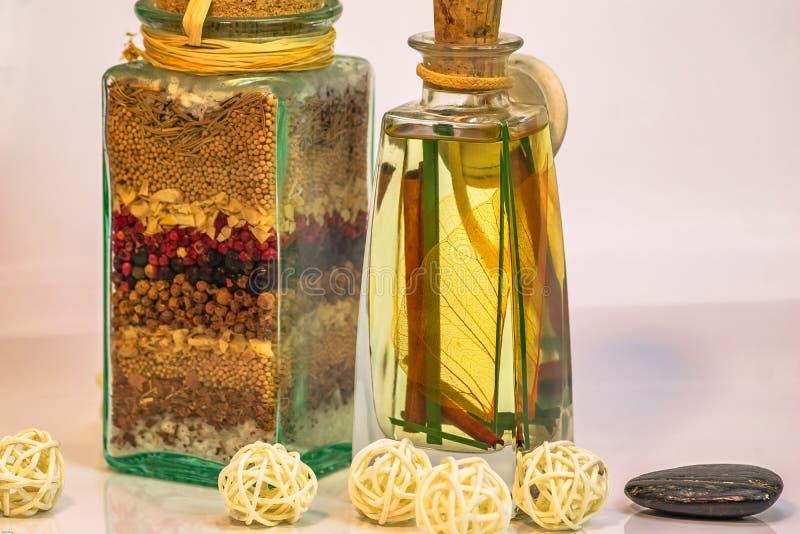 La Dispensa-Salz mit Kräutern und Gewürzen u. Weiß die Bälle beleuchtet b stockfoto