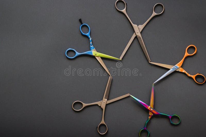 La disposición creativa hecha de peluquero profesional scissors en sha fotos de archivo