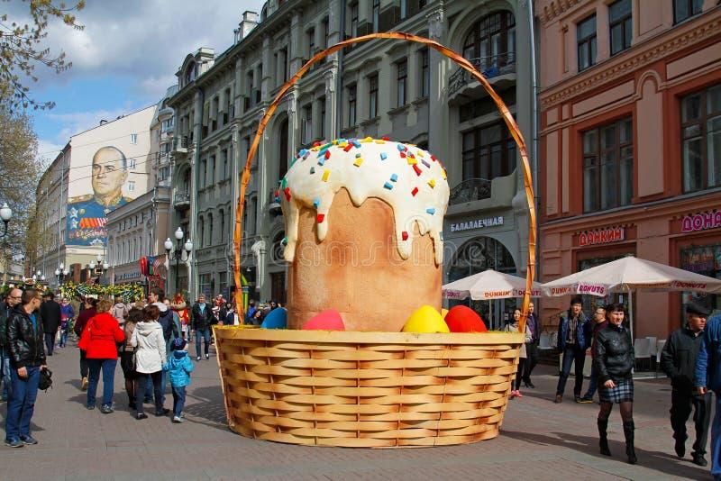 La disposición de la torta de Pascua en el Arbat viejo en el marco del ` de la primavera de Moscú del ` del festival en Moscú foto de archivo libre de regalías