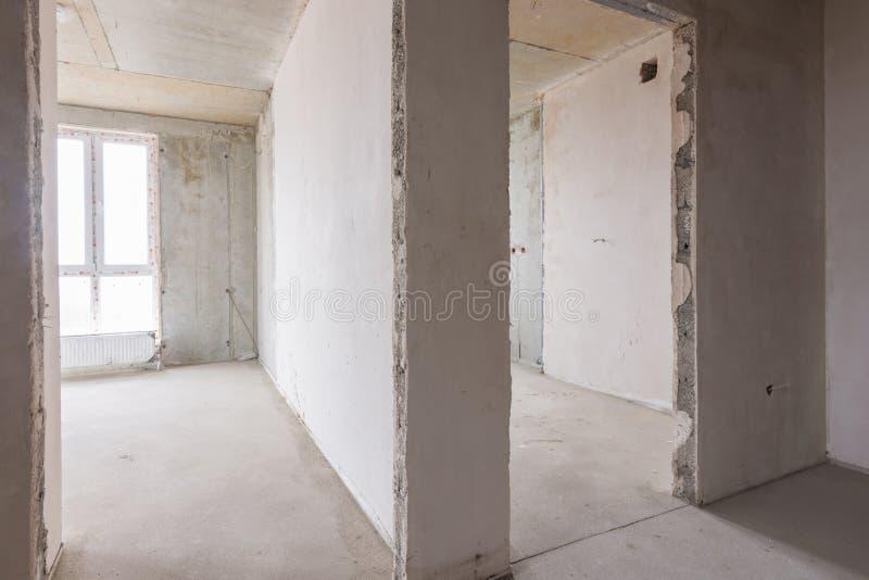 La disposición de los cuartos y de los cuartos en el nuevo edificio, entradas a los cuartos con los vitrales imagen de archivo libre de regalías