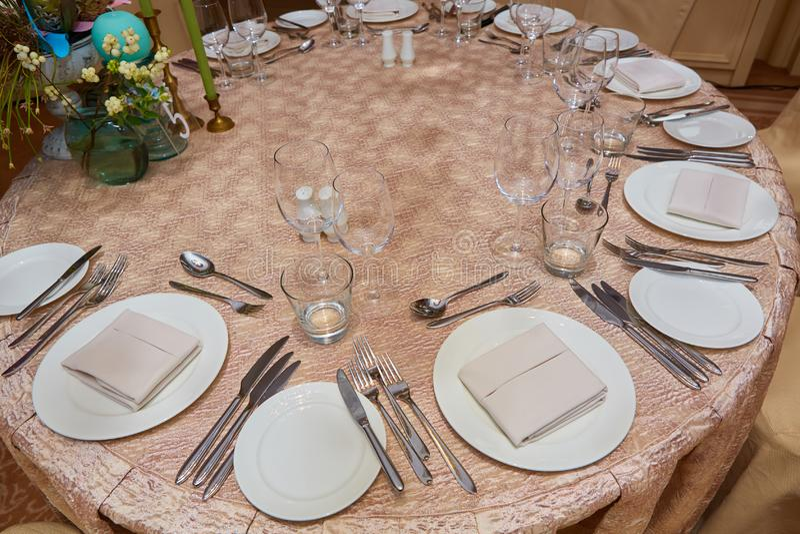 La disposición de lujo de la tabla de cena de la recepción nupcial fotografía de archivo