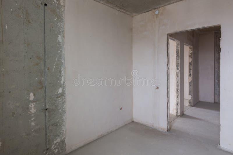 La disposición del apartamento en el nuevo edificio, las entradas a los cuartos fotografía de archivo