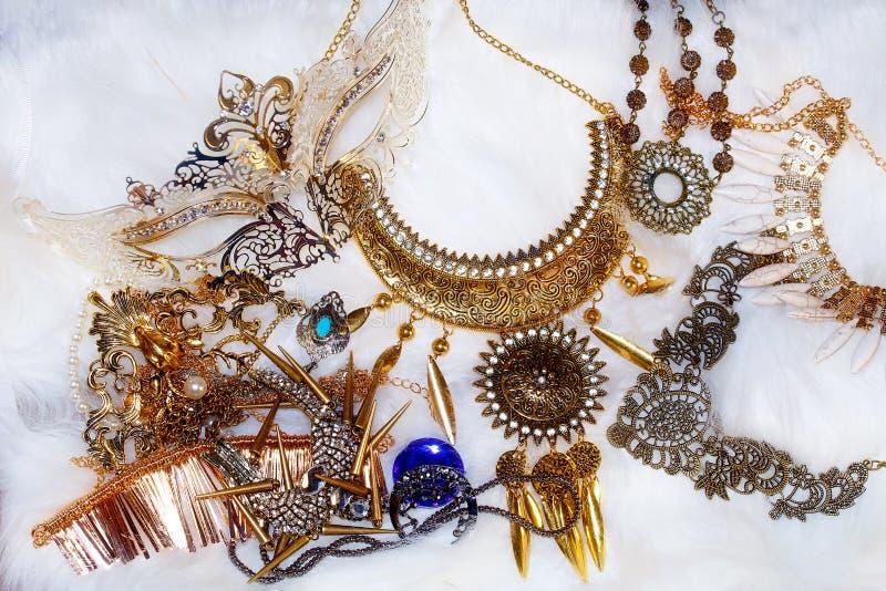 La disposición hermosa de diversa joya de lujo fija con los ornamentos del filigrane que mienten en la piel blanca imagen de archivo