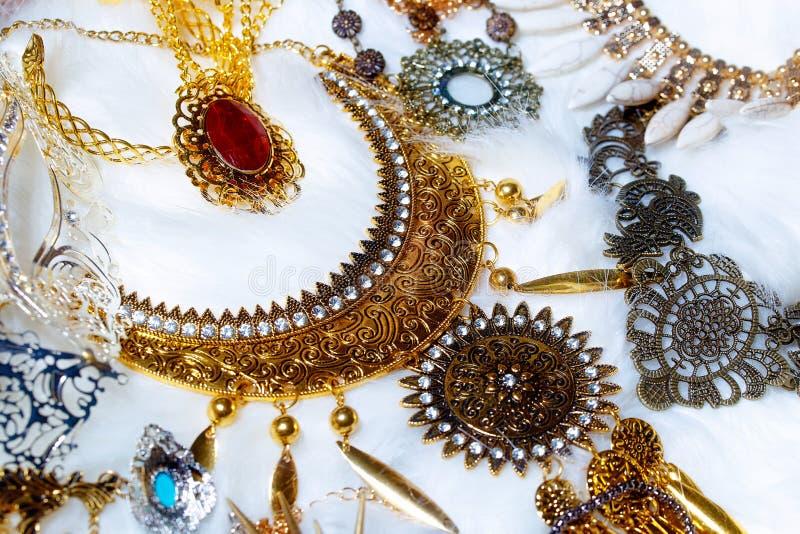 La disposición hermosa de diversa joya de lujo fija con los ornamentos del filigrane que mienten en la piel blanca fotos de archivo