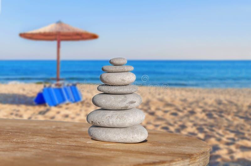 La disposition de la pierre de caillou d'équilibre aiment le symbole de l'harmonie de station thermale images libres de droits