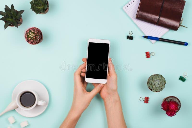 La disposition flatlay d'affaires avec le ` s de femme remet tenir le smartphone avec le copyspace noir et tout autre accessori s photographie stock