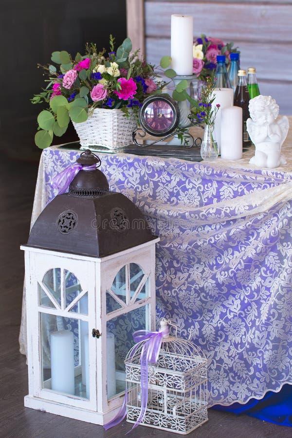 La disposizione dei fiori in un canestro decora la tavola di nozze nel pur fotografia stock libera da diritti