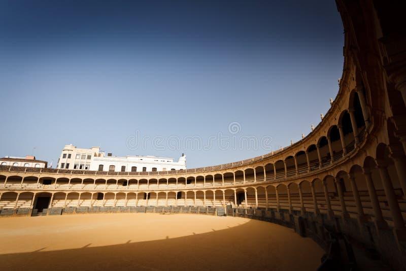 La disposizione dei posti a sedere Sunlit circonda l'anello vuoto di bullfight immagini stock libere da diritti