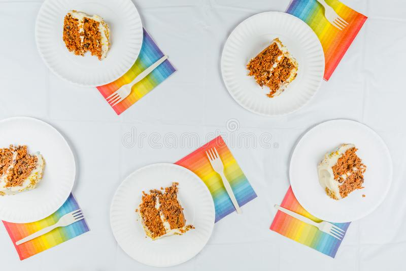 La disposizione piana con la torta di compleanno collega sui piatti del Libro Bianco Birthd fotografia stock