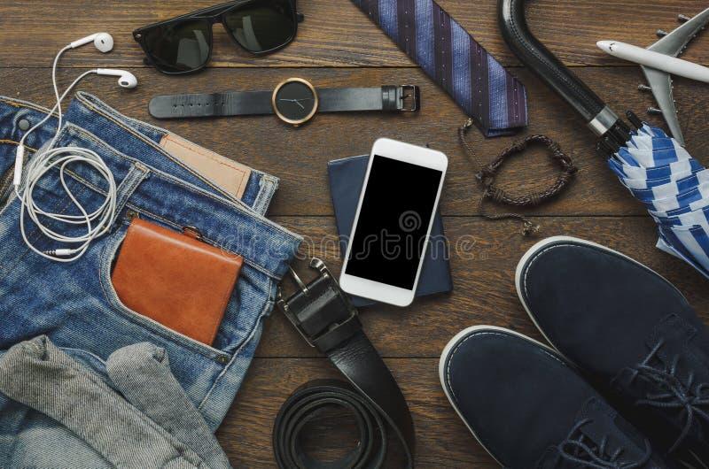 La disposizione piana degli accessori adatta ad uomini l'abbigliamento con il concetto della tecnologia immagini stock libere da diritti
