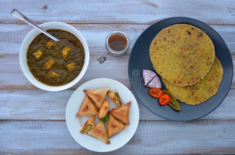 La disposizione piana di cucina indiana del flatbread di Paratha è servito con il traditi immagine stock libera da diritti