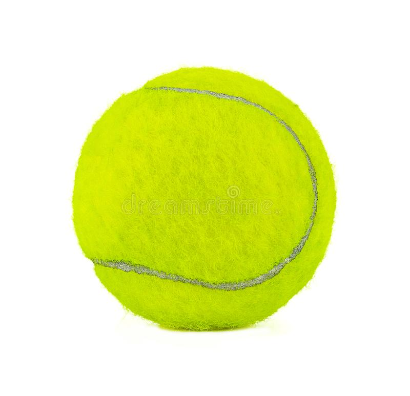 La distancia más cercana a la pelota de tenis amarilla es bastante clara. Balón aislada en fondo blanco imagen de archivo libre de regalías