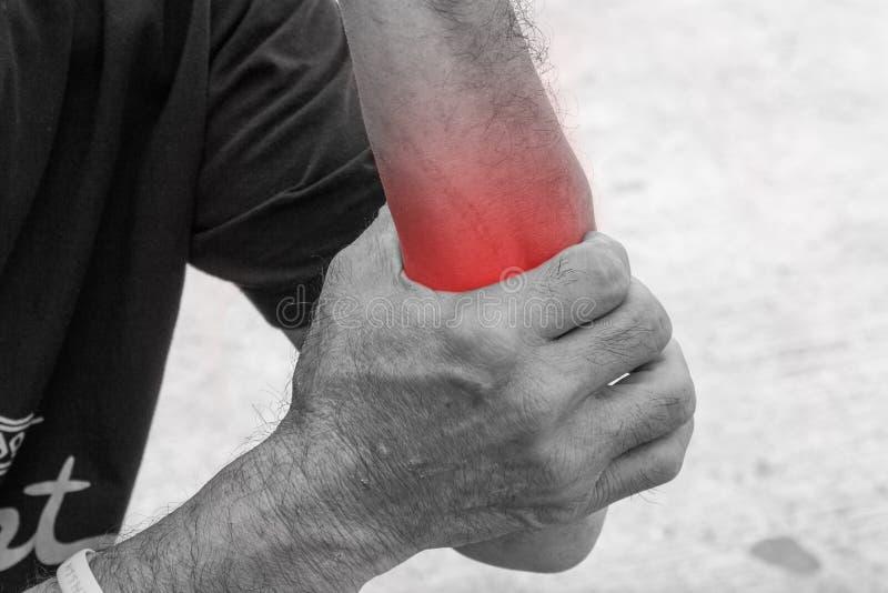 La distorsione I muscoli sottopongono a tensione sulla mano dell'uomo anziano fotografia stock libera da diritti