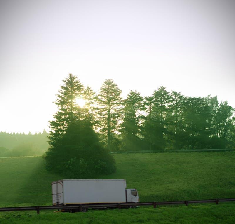 La distribution de camion sur l'autoroute avec des arbres images libres de droits