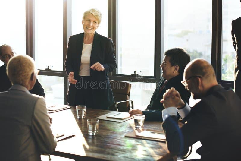 La diversa gente di affari sta incontrando immagine stock libera da diritti
