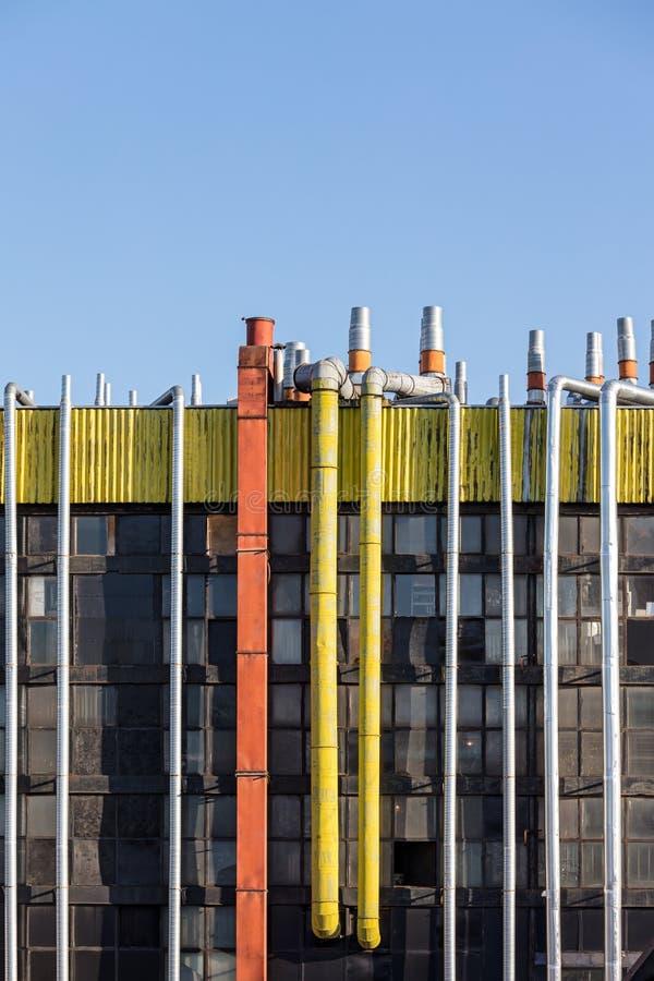 La diversa ventilación instala tubos en el tejado del edificio industrial fotografía de archivo
