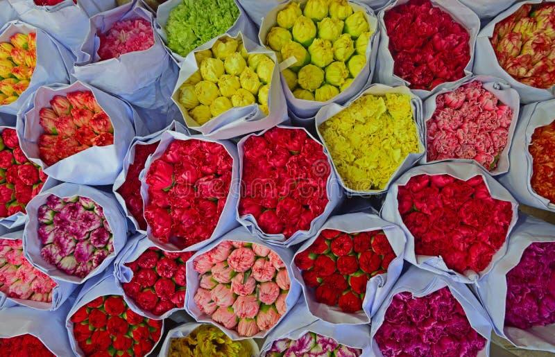 La diverse couleur de l'oeillet fleurit en vrac au marché de fleur photos stock