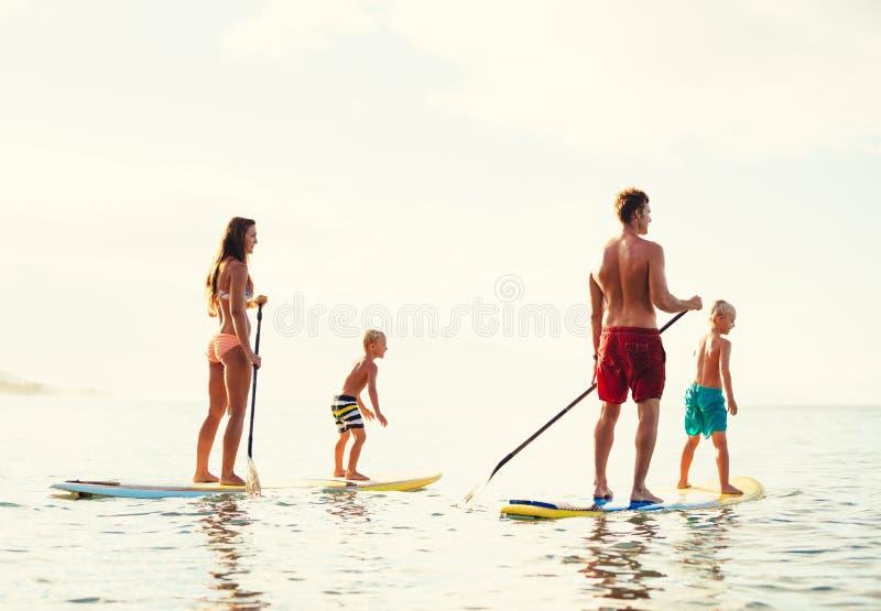 La diversión de la familia, se coloca para arriba de batimiento imagen de archivo libre de regalías