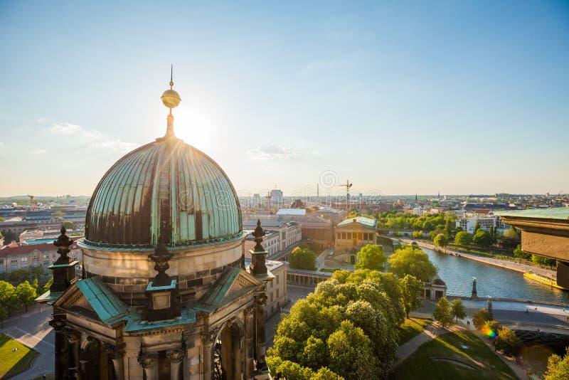 La diversión de los Dom y del río del berlinés fotografía de archivo libre de regalías