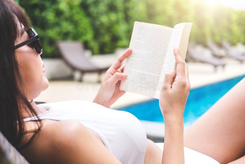 La diversión del verano en día de fiesta, mujer hermosa feliz que se relaja toma el sol n imágenes de archivo libres de regalías