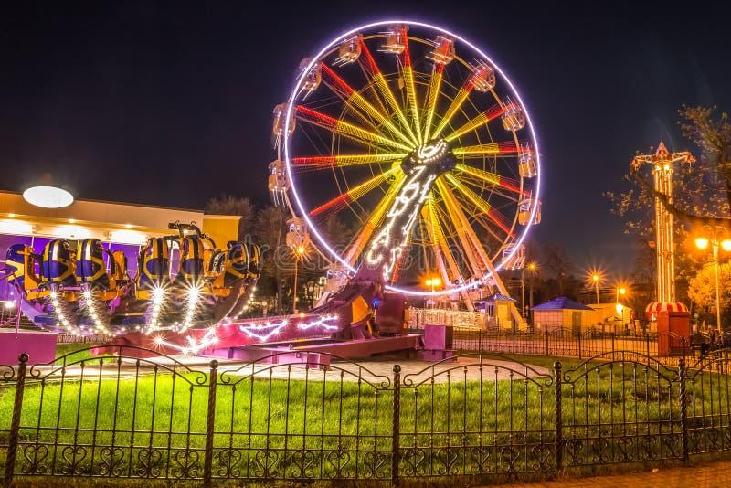 La diversión monta en un parque de atracciones en la noche Gomel, Bielorrusia foto de archivo libre de regalías