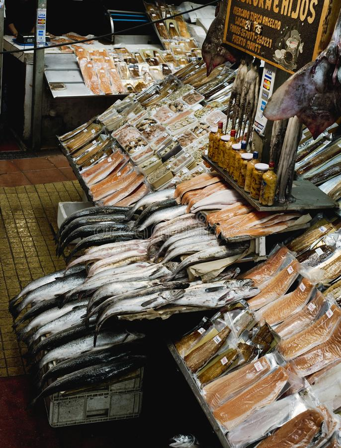 La diversidad de fresco y secó pescados y los mariscos en la marca de los pescados de Angelmo imagen de archivo